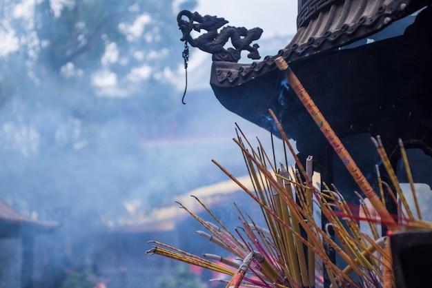 Het branden van wierook in een wierookvat