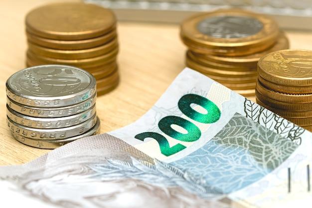 Het braziliaanse geld in close-up foto