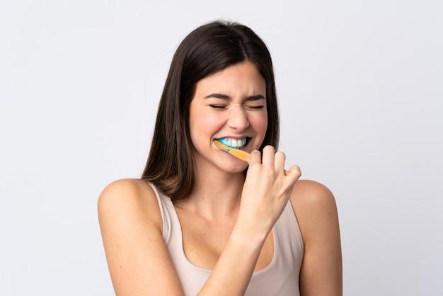 Het braziliaanse meisje dat van de tiener haar tanden over geïsoleerde witte achtergrond borstelt