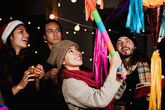 Het breken van een piñata ter ere van een mexicaanse posada in kerstmis, mexico