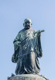 Het bronzen beeld van nichiren shonin, een oprichter van nichiren school, een boeddhistische school in japan