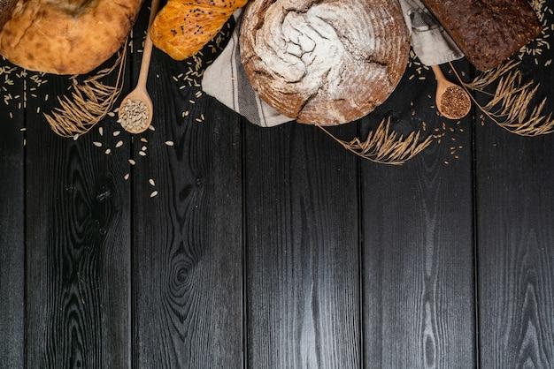 Het brood sorteert grens op hout met exemplaar ruimteachtergrond. bakkerij en supermarkt voedsel winkelconcept.