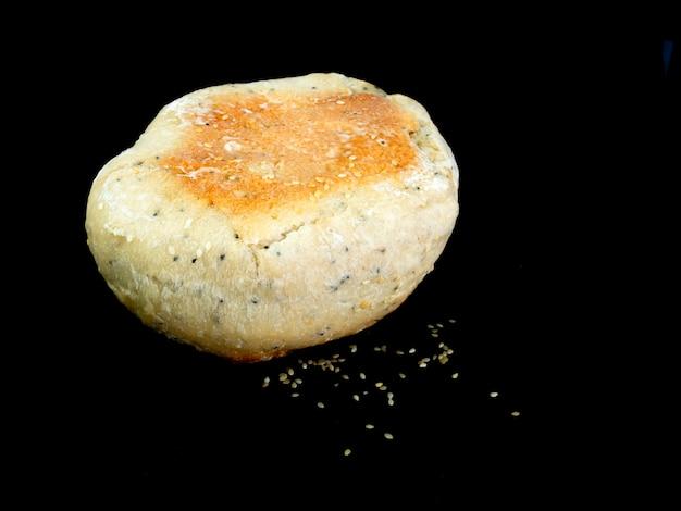Het brood van close-upciabatta op zwarte achtergrond.