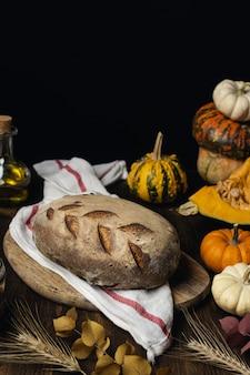 Het broodbrood van de zuurdesem organisch pompoen op donkere houten lijst