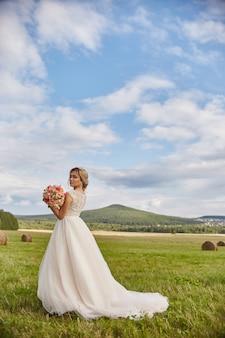 Het bruidboeket bloeit wachtende bruidegom vóór huwelijk