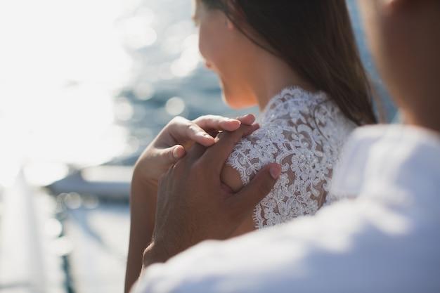 Het bruidspaar koestert op een jacht. schoonheidsbruid met bruidegom.