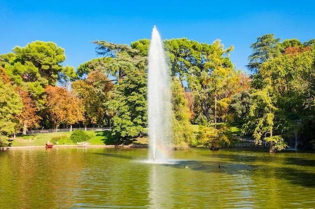 Het buen retiro park is een van de grootste parken van de stad madrid, spanje. madrid is de hoofdstad van spanje.