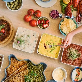 Het buffet die van de partij van vrienden van het concept van het voedsel genieten