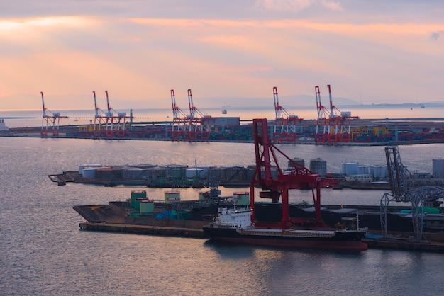 Het bunkeren van een tanker bij de haven van osaka, osaka, japan.