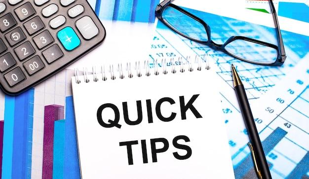 Het bureaublad bevat gekleurde tafels, een rekenmachine, een bril, een pen en een notitieboekje met de tekst quick tips