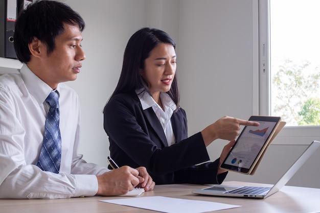 Het business team brainstormt en analyseert de investeringsrapporten in grafieken. vergadering van bedrijfsresultaten