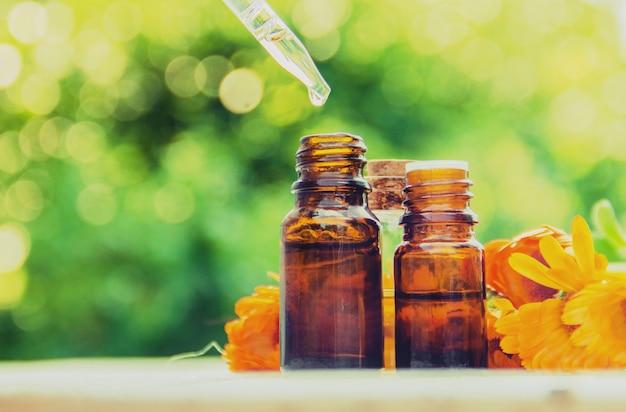 Het calendula-extract. medicinale planten. selectieve aandacht.