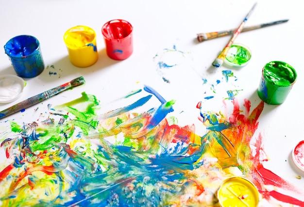 Het canvas is beschilderd met kleurrijke kleuren.