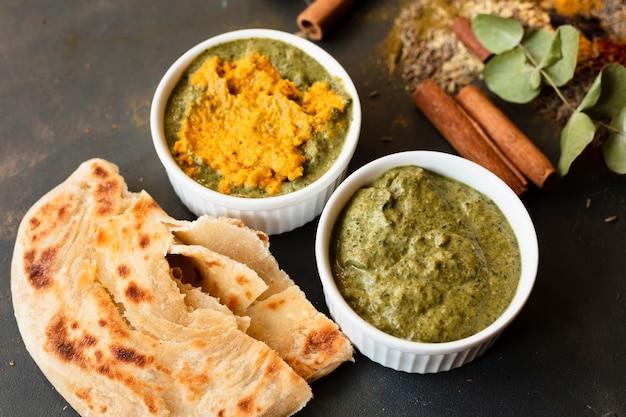 Het chutney indische recepie van de close-up met pitabroodje