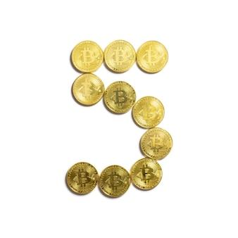 Het cijfer van 5 opgemaakt uit bitcoin munten en geïsoleerd op een witte achtergrond