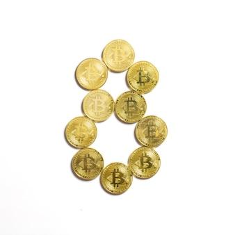Het cijfer van 8 opgemaakt uit bitcoin munten en geïsoleerd op een witte achtergrond