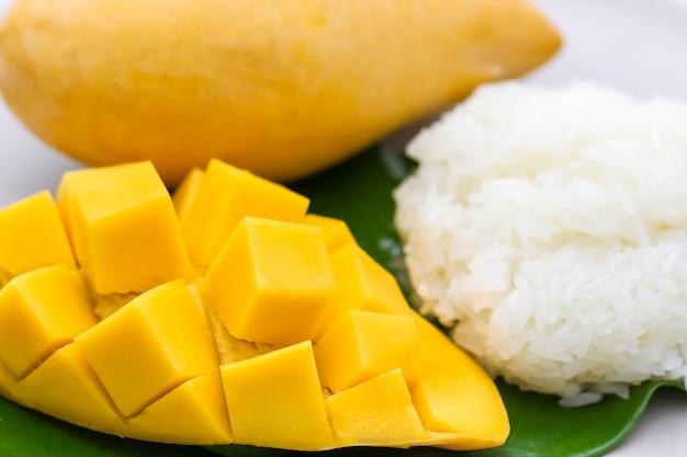 Het close-up macroschot van snijdt mooie gele mango met kleverige rijst