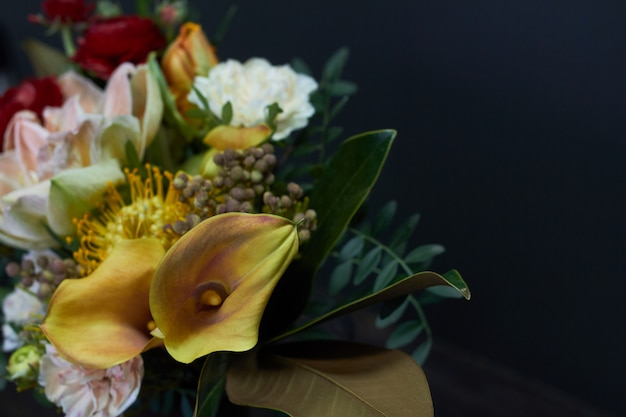 Het close-up naakt boeket van het detail in uitstekende stijl in een glasvaas op dark