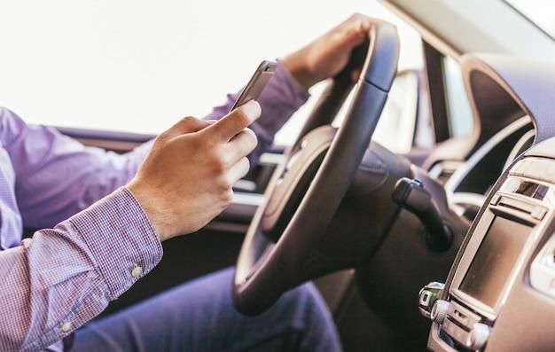 Het close-up van een mannetje dient een moderne auto in