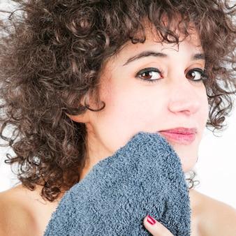 Het close-up van vrouw veegt haar gezicht met servet af