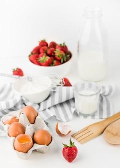 Het close-up zwaait met aardbeien en eieren