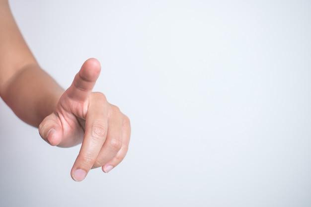 Het close-upbeeld van de hand wijst naar het computerscherm.