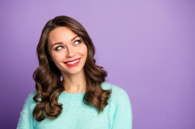Het close-upportret van grappige vrolijke krullende damedromer die lege ruimte kijkt herinner de laatste romantische date, draag casual mintgroen pluizige pullover.