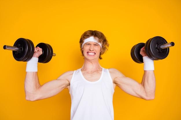 Het close-upportret van sportieve kerelsportman die trainen het opheffen van zware barbell
