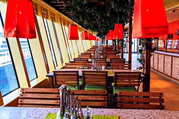 Het comfortabele eetcafé op cruiseschip