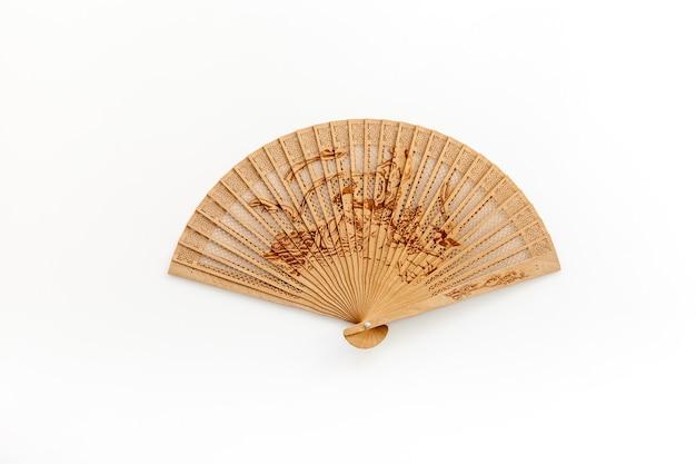 Het concept bamboo-ventilator op een witte achtergrond