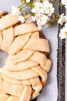 Het concept dat van de voedselbakkerij brood maakt dought voor het broodje van de appelkaneel gevlechte brood met exemplaarruimte