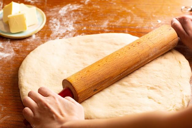 Het concept die van de voedselbakkerij brood maken dought voor kaneelbroodje gevlecht brood met exemplaarruimte