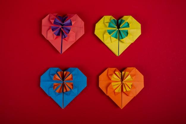 Het concept liefde met de hand gemaakte papercraft origami vervaardigde gekleurd document harten hoogste geschoten close-upschot