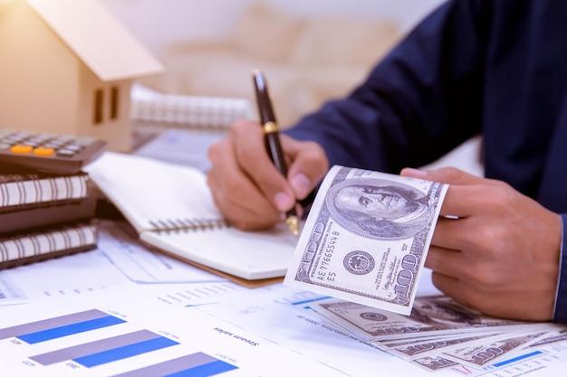 Het concept om geld te besparen bij een snelgroeiend bedrijf