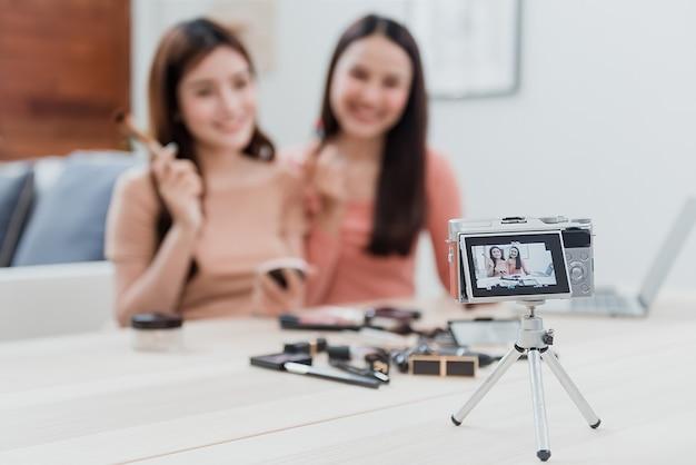 Het concept van beautyblogger-influencer gebruikt camera's om op te nemen en live te streamen naar sociale netwerken bij het gebruik van cosmetica als een nieuw bedrijf in het new normal-tijdperk. focus op camera.