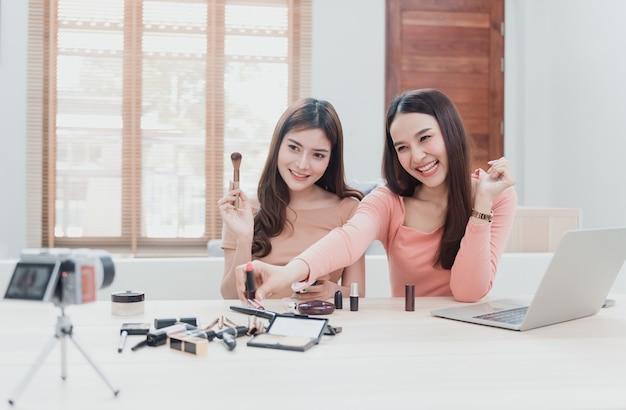 Het concept van beautyblogger-influencer gebruikt camera's om op te nemen en live te streamen naar sociale netwerken bij het gebruik van cosmetica als een nieuw bedrijf in het new normal-tijdperk.