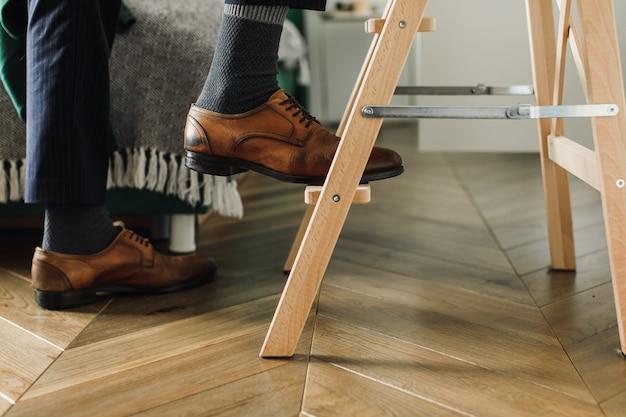 Het concept van carrièregroei, de voeten van de man gaan de trap op