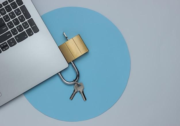 Het concept van cyberdefensie online veiligheid laptop en hangslot op een witte achtergrond met blauwe cirkel