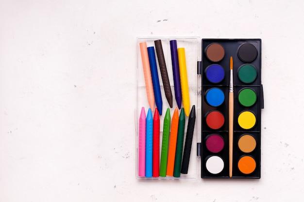 Het concept van de creativiteit van kinderen, tekenen. verven en kleurpotloden van verschillende kleuren.