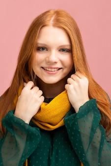 Het concept van de herfst met vrouw die sjaal draagt