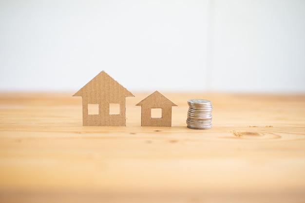 Het concept van de huislening, huis die verzekeringsconcept, document huis, familiehuis beschermen