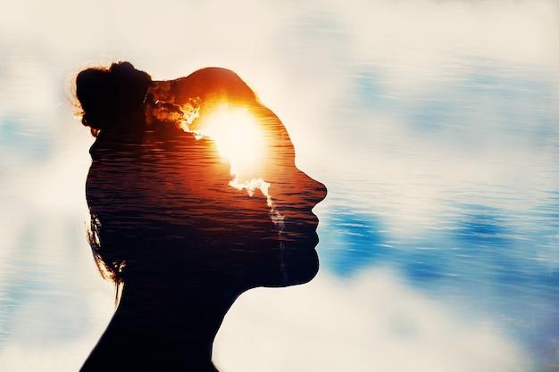 Het concept van de kracht van kennis en psychologie. silhouet van het hoofd van de vrouw.