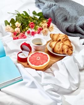 Het concept van de liefdesbrief op lijst met ontbijt