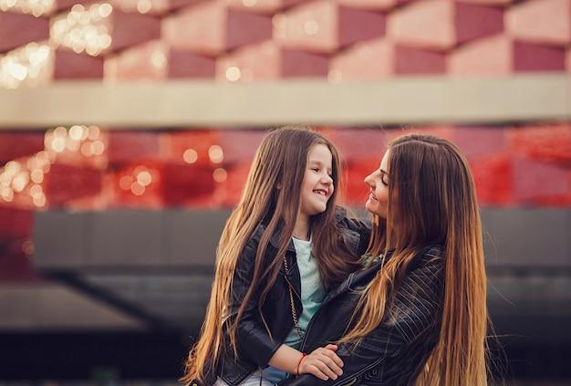 Het concept van de manierfamilie - modieuze moeder en kindslijtage.