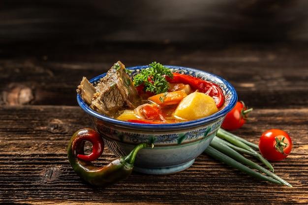 Het concept van de oosterse keuken. geassorteerde oezbeekse voedsel shurpa oezbeekse restaurant