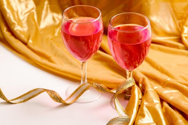Het concept van de partijviering, rode kleurenwijn in glas op lijst