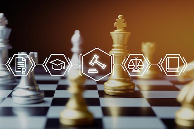 Het concept van de rechtbank tegen de achtergrond van het schaakspel.