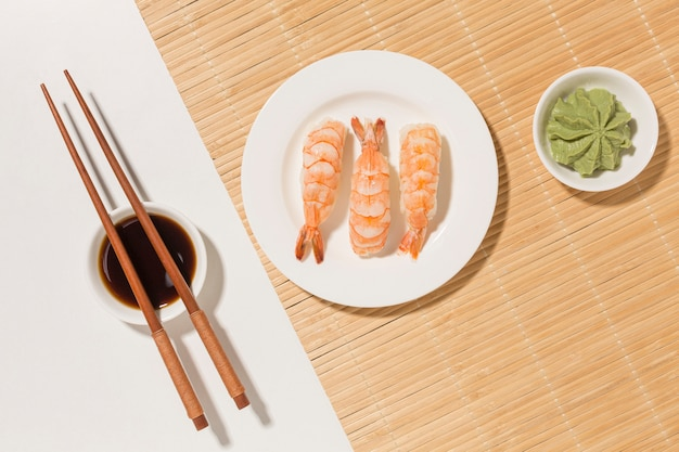 Het concept van de sushidag met wasabi en eetstokjes
