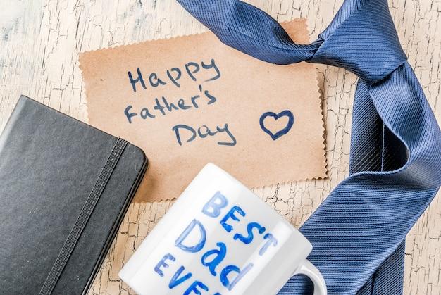 Het concept van de vaderdaggift, de achtergrond van de groetkaart, giftdoos, banddecoratie