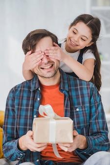 Het concept van de vadersdag met dochter die vadersogen behandelen